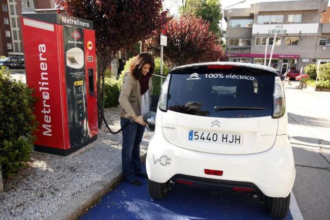 Si el metro frena, piensa que un coche eléctrico se está recargando gratis