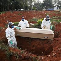 Indonesia ya sabe qué hacer con los anti-mascarillas. Ponerles a cavar tumbas