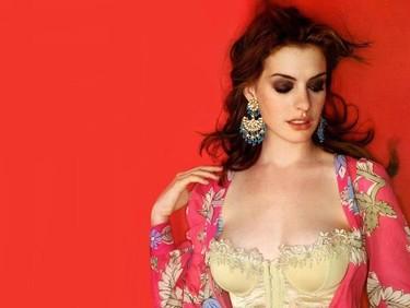 Anne Hathaway no tendrá anillo de boda pero está claro que del vestido no podemos decir lo mismo