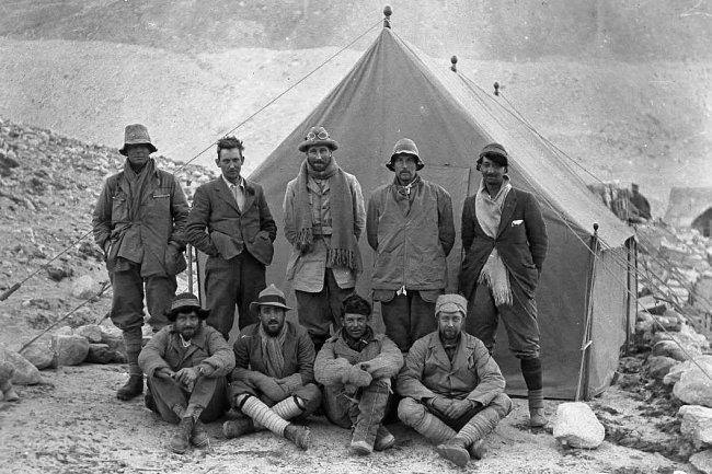 George Mallory (de pie, el segundo empezando por la izquierda) antes de iniciar la escalada al Everest en 1924