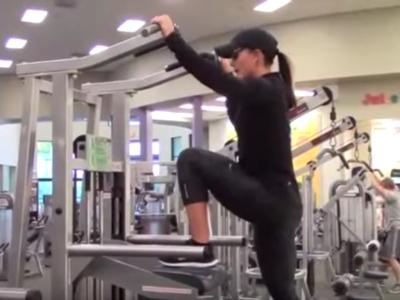 La moda de entrenar pierna en la máquina de dominadas asistidas: si lo haces, hazlo bien
