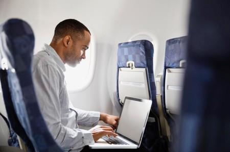 Si viajas de Europa a Estados Unidos, podrás seguir llevando el portátil contigo en el avión