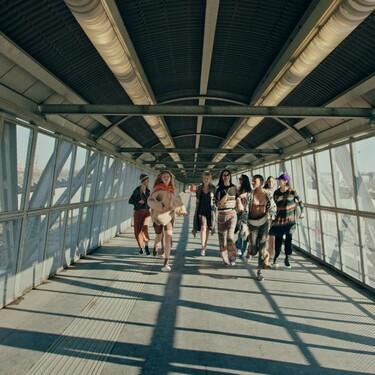 Missoni presenta su colección Otoño-Invierno 2021/2022 con un fashion film en una bolera y una clara apuesta por las prendas de punto