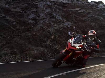 Curvas infinitas, derrapadas y rodilla al suelo: así de cañera viene la Ducati Multistrada 1260 Pikes Peak