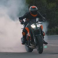 La bestial KTM 1290 Super Duke R saca las garras en este vídeo pasando del circuito a la calle