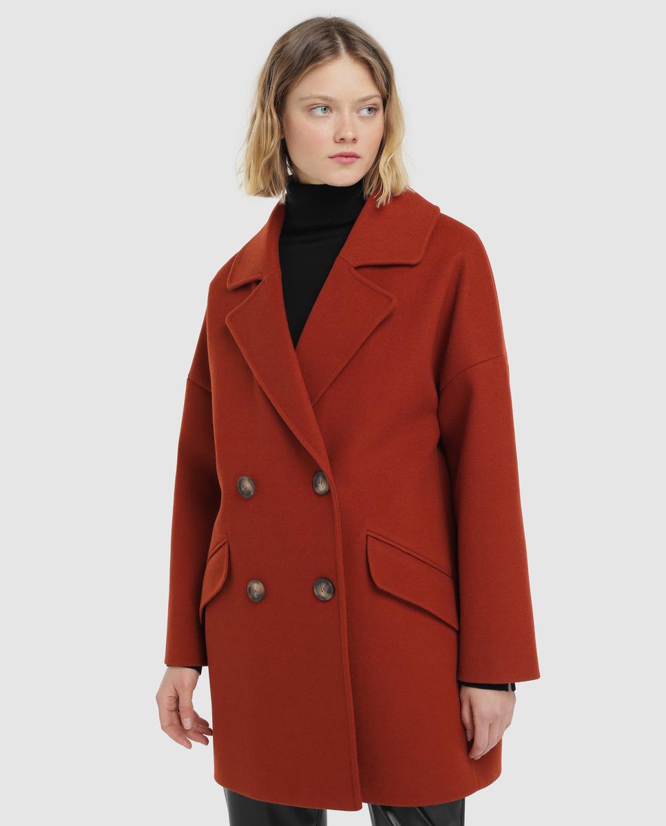 Abrigo de manga larga de estilo oversize. Tiene bolsillos y botones delanteros.