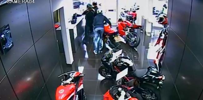 Seis tipos intentan entrar a un concesionario a robar