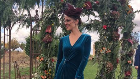 Eva González elige el terciopelo azul y low cost para su look de invitada en la boda de este fin de semana