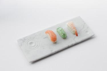 La pizarra está demodé, ahora lo más es servir la comida en bandejas de mármol