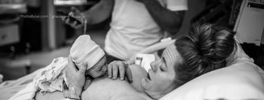 La impresionante secuencia de fotos de una recién nacida reptando hasta el pecho de su madre