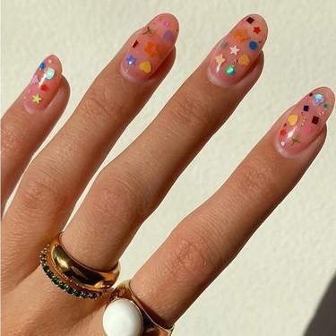 Pegatinas y esmalte transparente: eso es todo lo que necesitarás para copiar el nail-art más fácil del verano