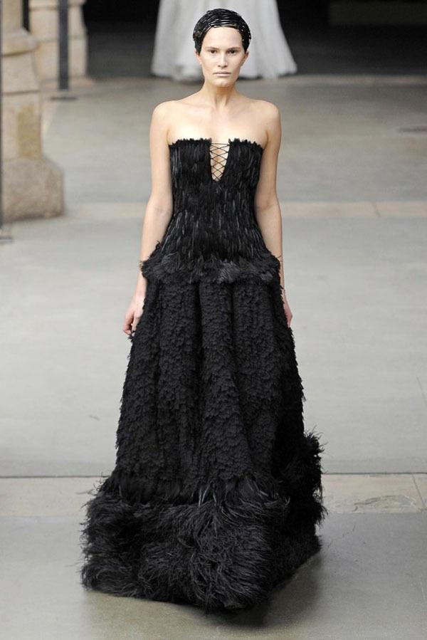 Foto de Alexander McQueen Otoño-Invierno 2011/2012 en la Semana de la Moda de París: Sarah Burton continúa con nota el legado (16/27)