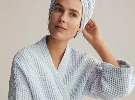 Albornoces, turbantes toalla o piedras faciales: 11 novedades de Oysho para disfrutar al máximo del momento del baño