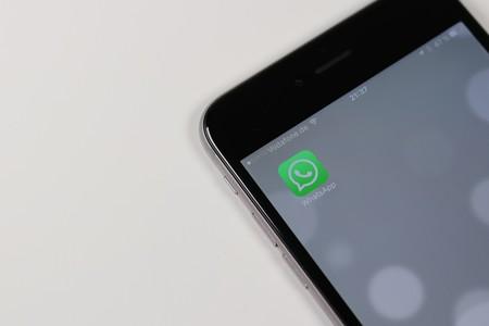 WhatsApp ya no permitirá hacer capturas de pantalla de conversaciones, pero solo si activamos la protección por huella