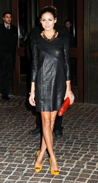Look vestido negro zapatos rojos