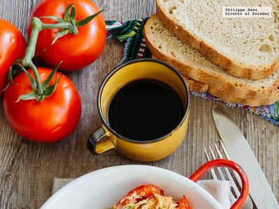 Jitomates rellenos con huevo gratinados. Receta de desayuno para ver el Mundial