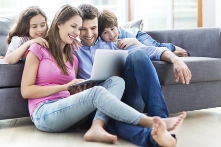 Familia Usando Computadora