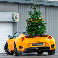 Lotus se marca una gymkhana navideña con un Evora GT410 Sport, mucho gas y un árbol