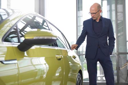 Klaus Bischoff junto al nuevo Volkswagen Golf 8