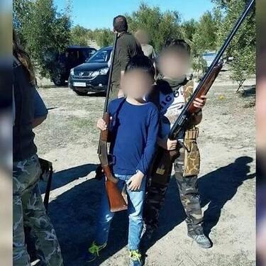 Posando con una escopeta con solo 9 años: la imagen del hijo de un famoso que ha dejado a muchos con la boca abierta (y no es Froilán)