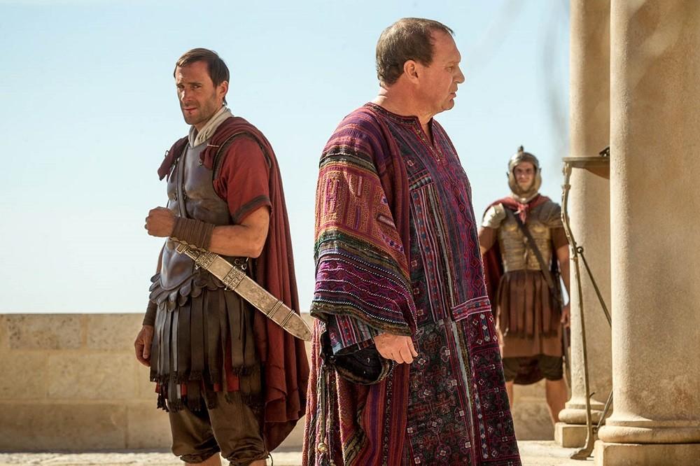 Joseph Fiennes Y Peter Firth En Resucitado