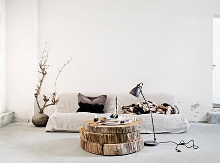 Una mesa de centro con un gran tronco cortado