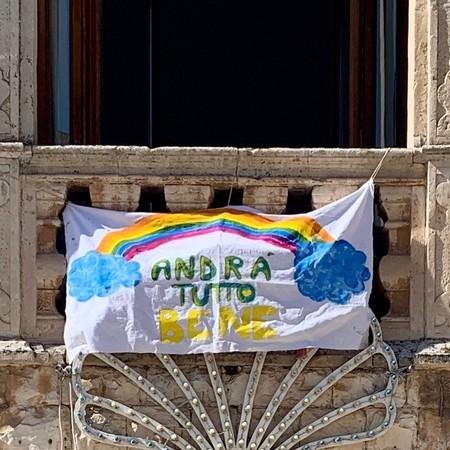 """""""Todo irá bien"""", la esperanzadora iniciativa de niños y niñas en Italia durante la cuarentena por el coronavirus"""
