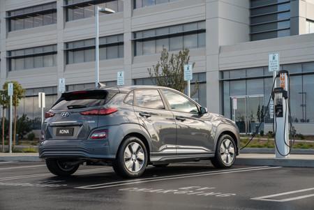 ¿Pertenece el futuro a los coches eléctricos? De momento siguen siendo un 80% más caros