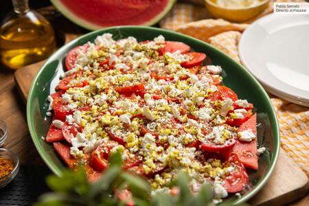 Ensalada De Tomate Sandia Y Queso Feta Con Aceite De Curcuma