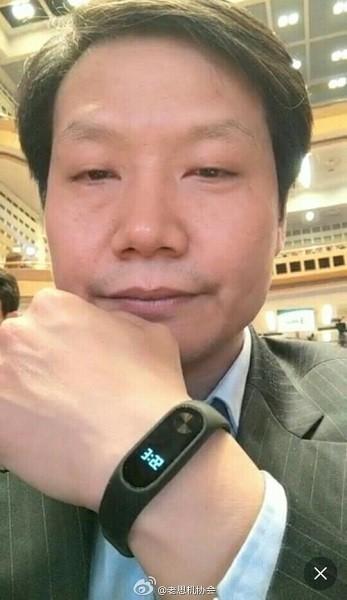 Xiaomi Mi Band 2, con pantalla LED y un botón físico
