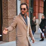 Elegante (o no) el abrigo de Matthew McConaughey es la pieza clave del armario en invierno