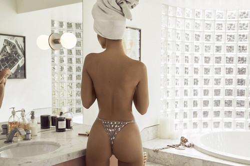 Emily Ratajkowski vuelve a subir la temperatura de las RRSS con su nueva firma de baño (no apto para cardíacos)