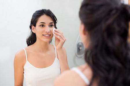 Chica Limpiandose La Cara Cuidado Nivea