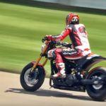 Keanu Reeves sube la colina de Goodwood sobre la moto que él mismo ha diseñado