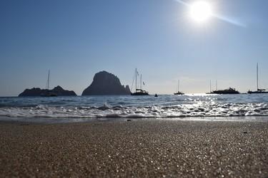 Del chiringuito de 180 euros al hotel de 7.000: los precios locos de Ibiza son muy locos