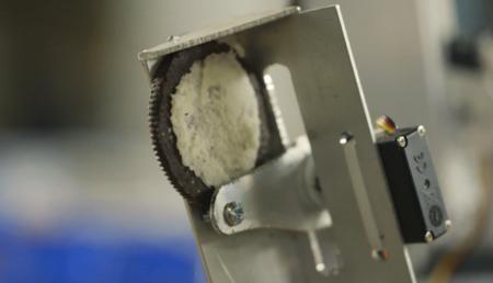 Una máquina soluciona el problema de las galletas Oreo: crema y galleta por separado