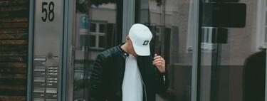 Siete gorras con logo que le suman a tu look de verano un estilo deportivo al instante
