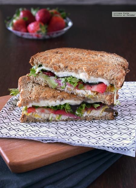 Sándwich de pollo, queso de cabra, mozzarella y fresas