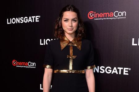 Ana de Armas vuelve a posar delante de un photocall en Las Vegas con un vestidazo con brillos y estrenando estilista