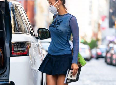 Bella Hadid sabe cómo sacar partido a todo: hasta su falda del uniforme de colegio se vuelve una opción moderna