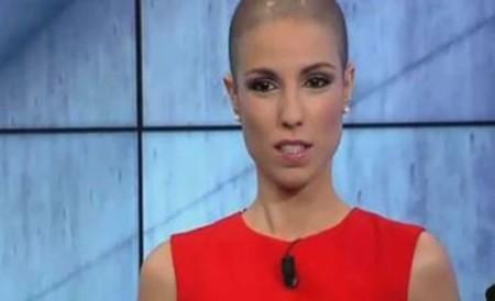 Una presentadora de la televisión murciana reaparece en televisión sin pelo tras la quimioterapia de su cáncer de mama