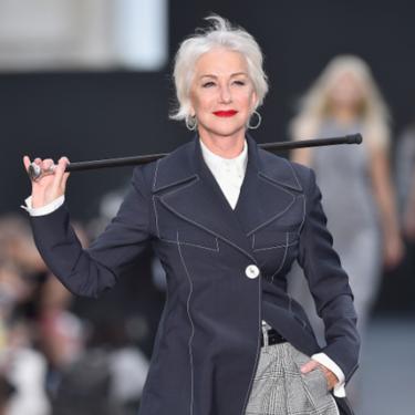 Helen Mirren se convierte en una estrella sobre la pasarela de L'Oreal en París