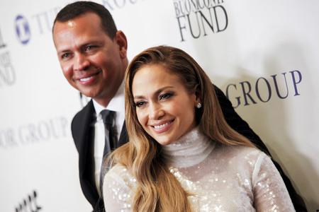 Jennifer Lopez apuesta todo a la lentejuela blanca y casi logra conquistarnos con este look brillante