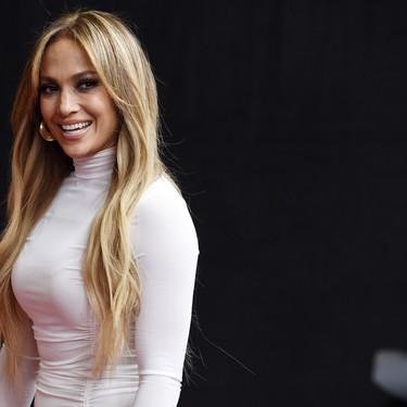Tenemos el vídeo del secreto mejor guardado de las famosas para estilizar su silueta (y la responsable es Jennifer Lopez)