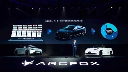 """Arcfox Alpha S es el """"primer auto de Huawei"""": lo fabrica BAIC y ejecuta HarmonyOS como sistema operativo"""