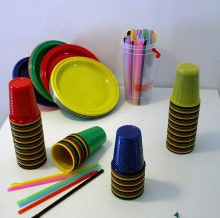 Hazlo tú mismo: lámparas con vasos, platos y pajitas de plástico