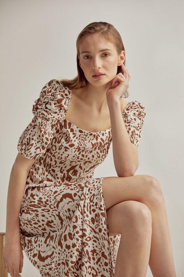 Vestido estampado en viscosa 100% ECOVERO de escote cuadrado, con mangas con volumen, corte en cintura alta y larga fluida, con apertura lateral. Cremallera en costura costado para entrar en el vestido.