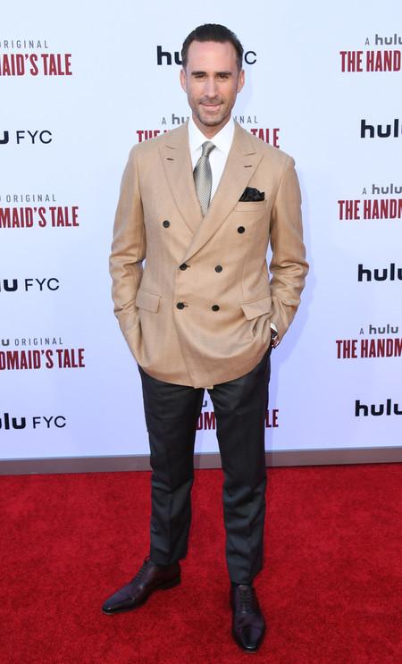 Joseph Fiennes The Handmaids Tale Premiere Alfombra Roja Red Carpet 03