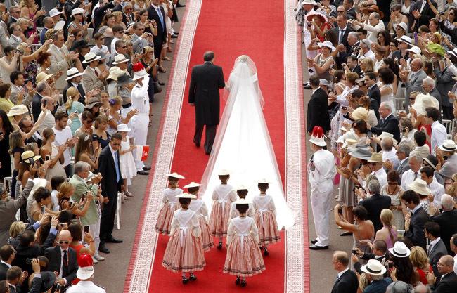 Foto de Todas las imágenes del vestido de novia de Charlene Wittstock en su boda con Alberto de Mónaco (17/19)