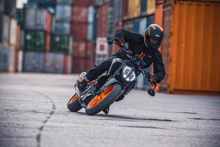 KTM 390 Duke: la naked estrena quickshifter opcional en su actualización a Euro5, para los mismos 44 CV
